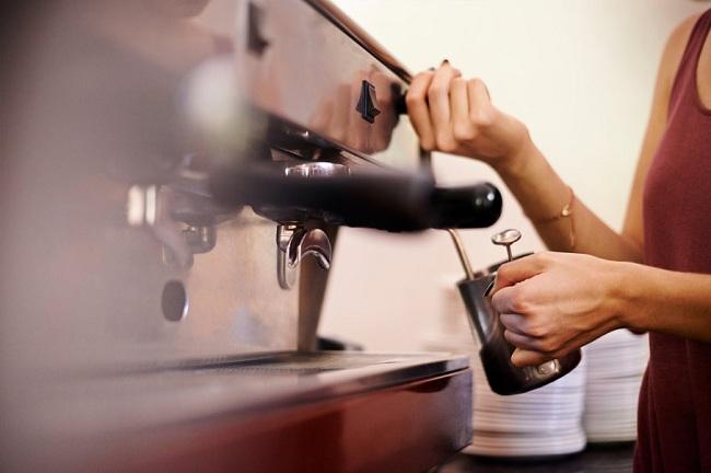 Nước bị gỉ ra tay cầm cafe